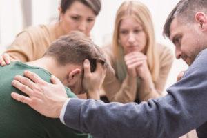 persona que acude a terapia y su familia le apoya