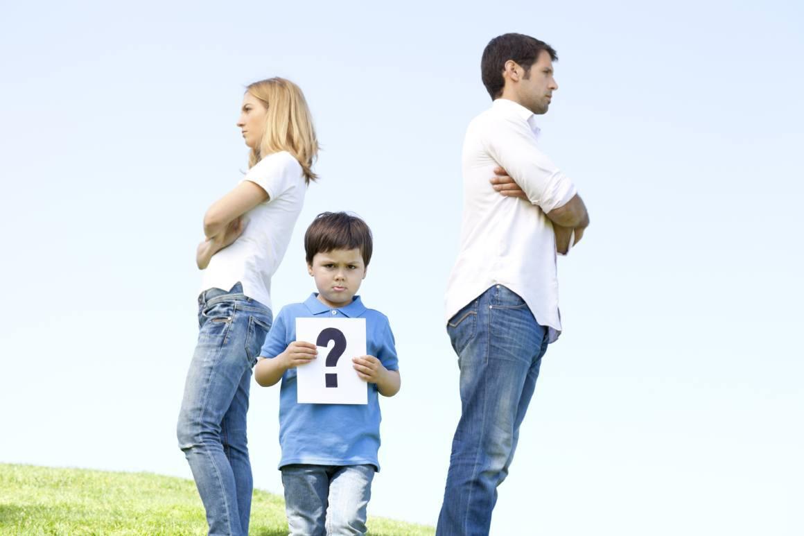 niño afectado por la separación de sus padres